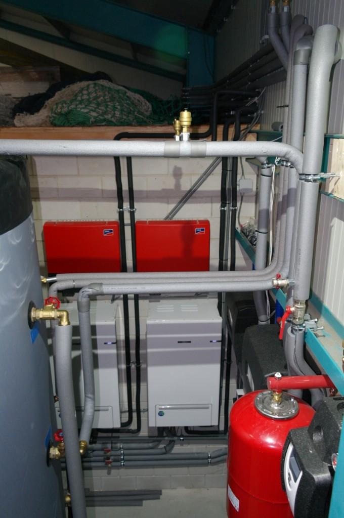Twee warmtepompen in combinatie met 8 collectoren en 5000l. buffervat met 230m2 PV panelen in bedrijfspand Den Oever